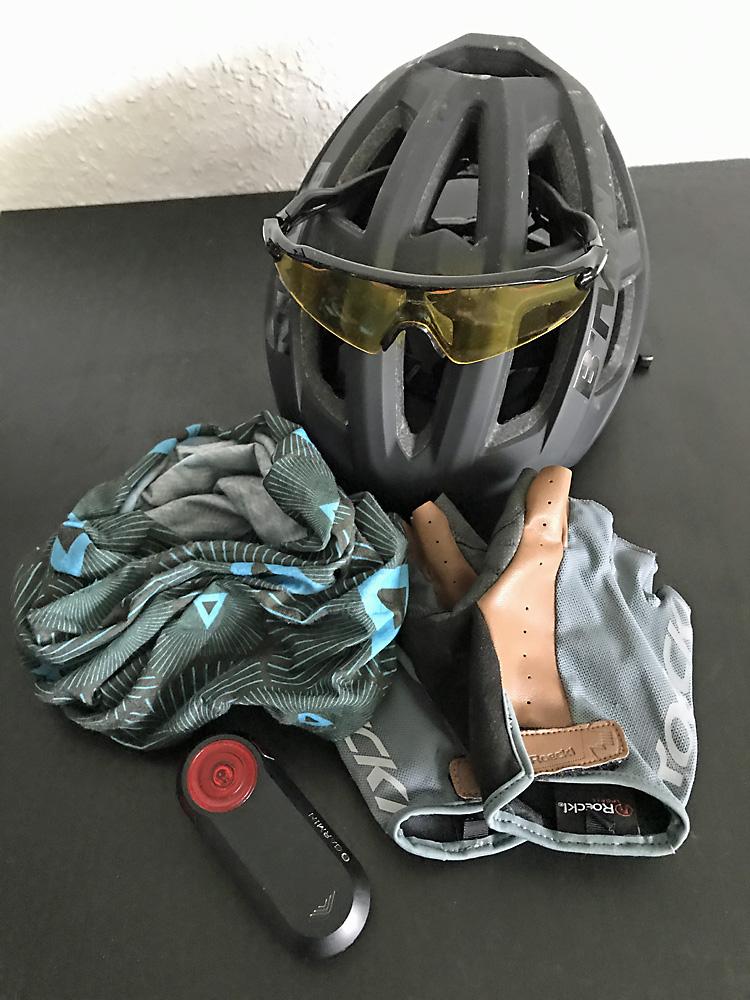 Safety First, Helm und Rücklicht ergänzt durch Handschuhe und Schal